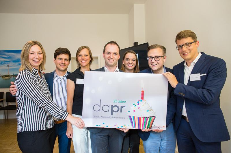 DAPR-Geschäftsleiter Nils Hille (Mitte) und das DAPR-Team feiern das 25-jährige Jubiläum des Weiterbildungsinstitutes. Foto: Rudolf Wichert.