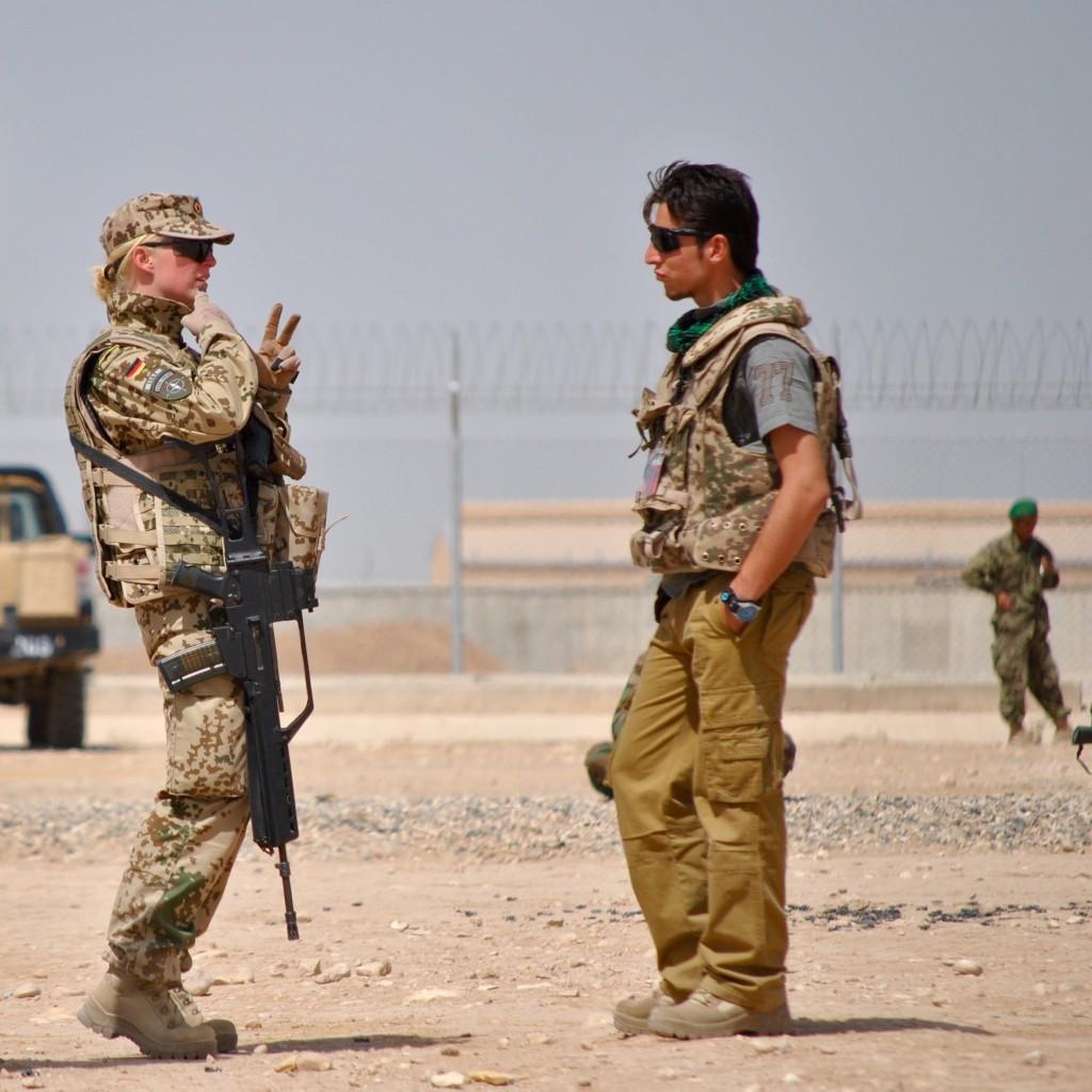 Jennifer Ruge im Gespräch mit einem afghanischen Übersetzer.