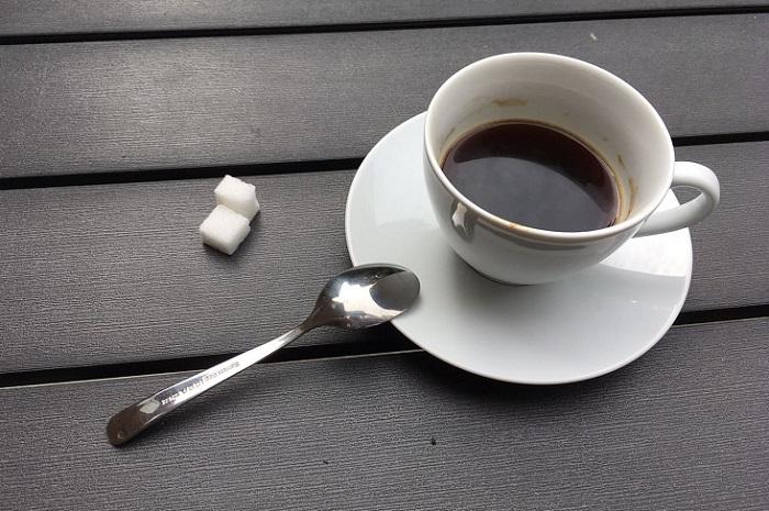 """Kalter Kaffee: Illustration zum DAPR-Blogbeitrag von Anja Beger. """"Wissensaustausch in der firmeneigenen Cafeteria: funktioniert auch digital. Organisationen, die das nicht erkennen und nutzen, reden weiterhin über kalten Kaffee"""""""