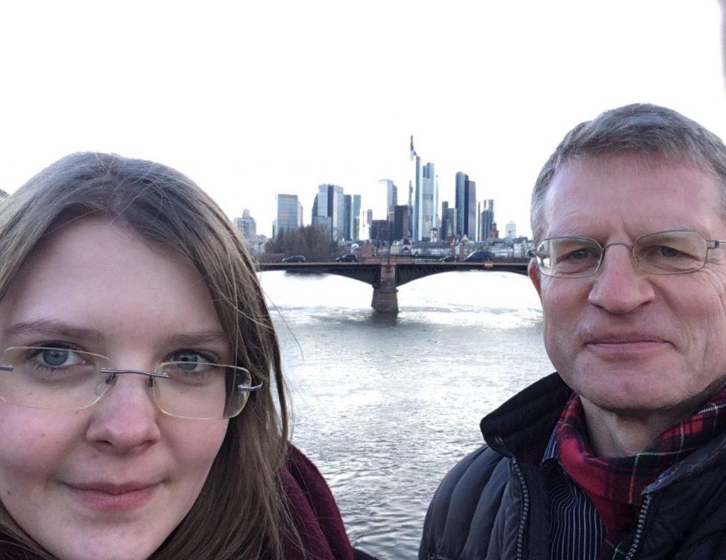 dapr.dual-Absolventin Mirjam Patermann und Dr. Ralf Witzler von NewMark Finanzkommunikation