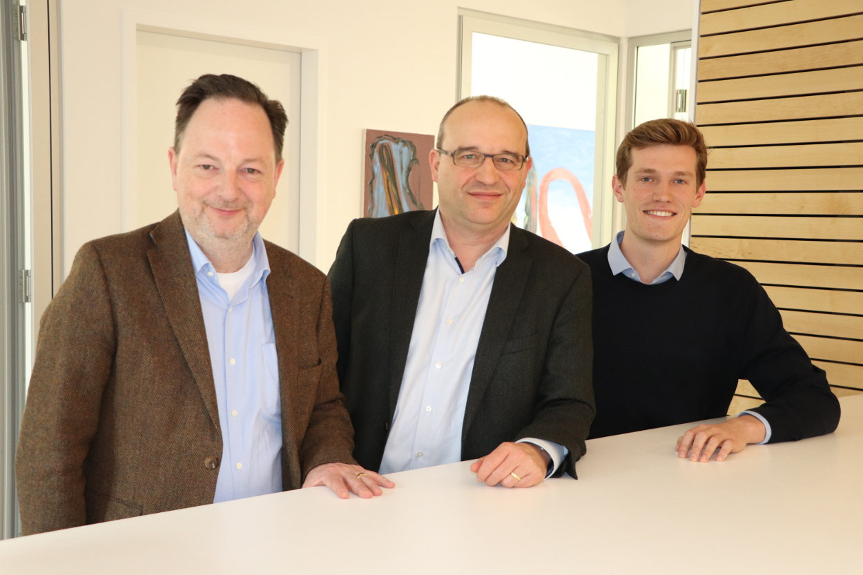 dapr.dual-Student Peter Holtschlag (rechts) mit mit den beiden Geschäftsführern von SK medienconsult, Christian Koof (links) und Carsten Deuster (Mitte).