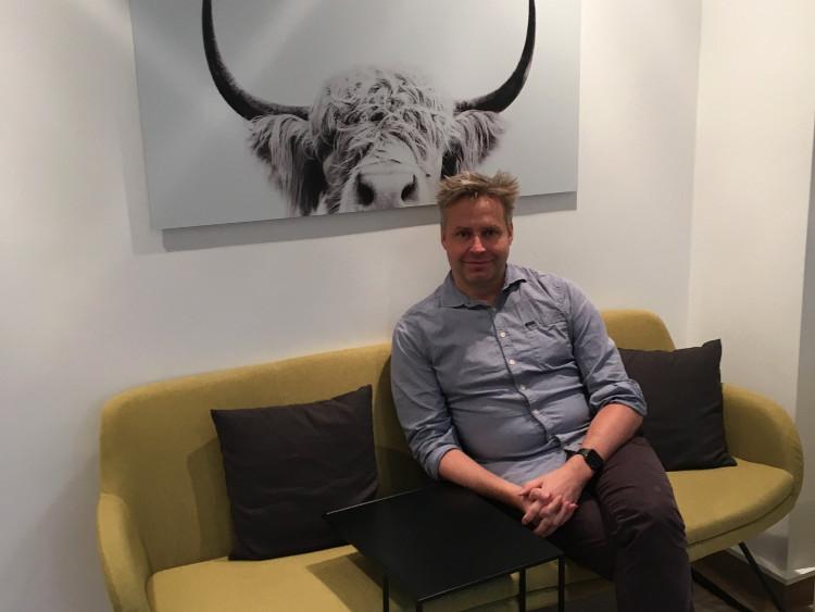 Stefan Westphal, Dozent im Intensivkurs Marketing, auf dem #daprsofa