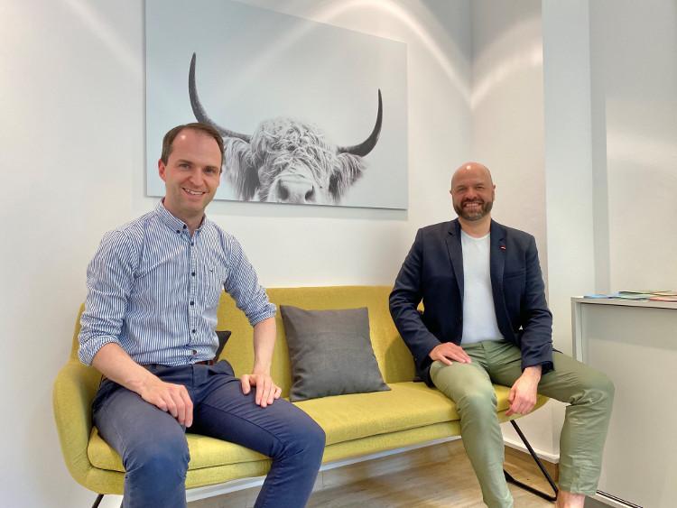 Auf dem #daprsofa: Nils Hille (l.) mit Thomas Bahne, Dozent des dapr-Seminars Pressesprecher*in 4.0.