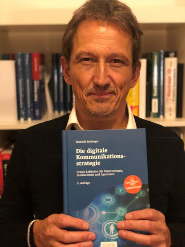 """dapr-Dozent Dominik Ruisinger mit der Neuauflage seines Fachbuches """"Die digitale Kommunikationsstrategie"""""""